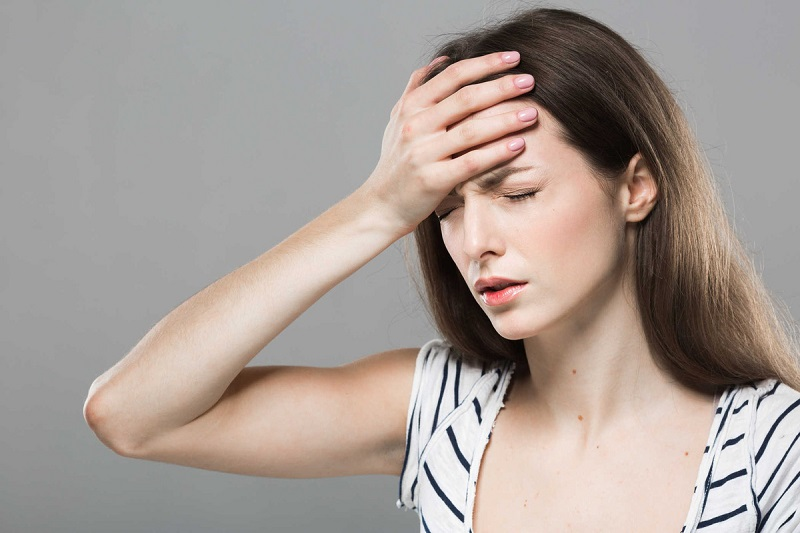 Hình 2: Đau đầu là một trong những biểu hiện của bệnh
